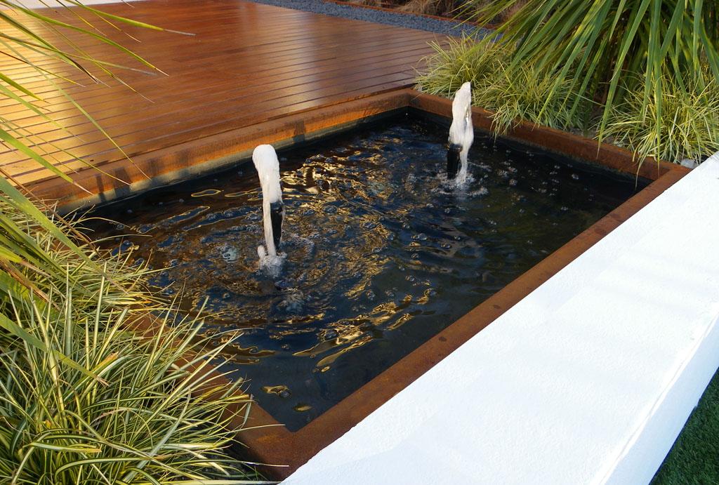 Jard n en dos niveles unjardinparami - Como decorar un estanque ...