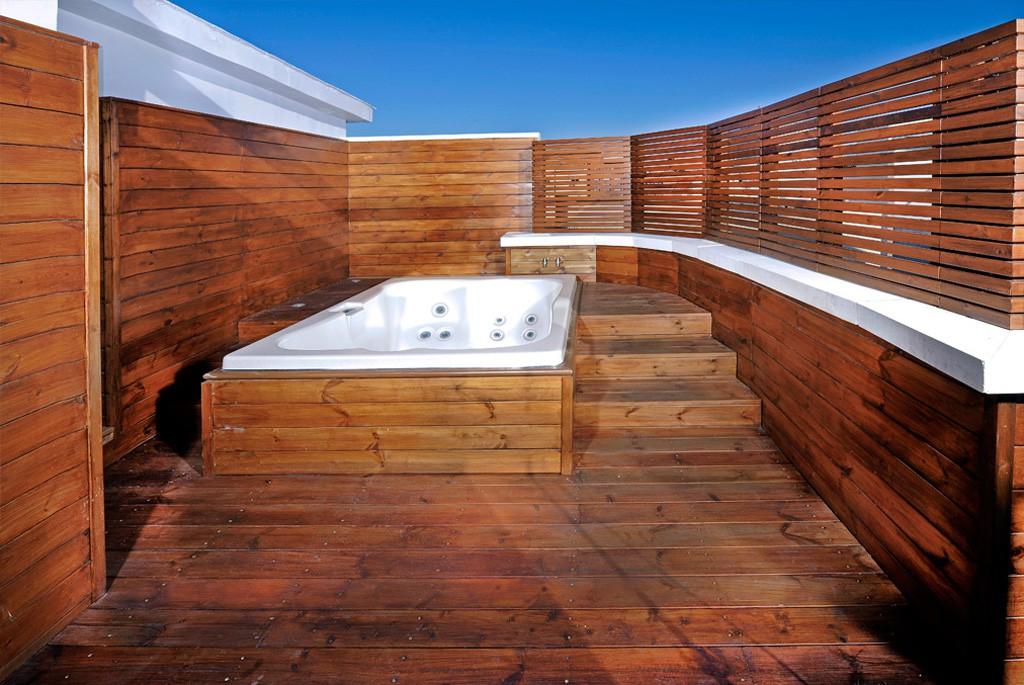 Dise o de terrazas y ticos decoraci n de terrazas - Precios de jacuzzi para exterior ...