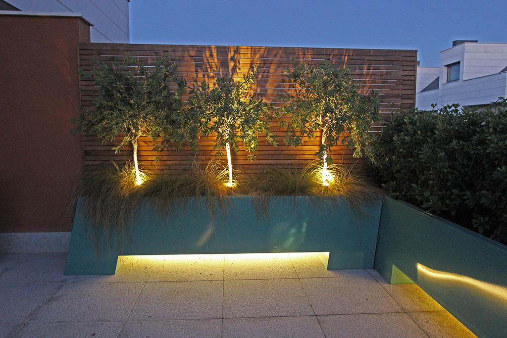 Terraza de dise o el arte en los peque os espacios un for Jardines pequenos con luces