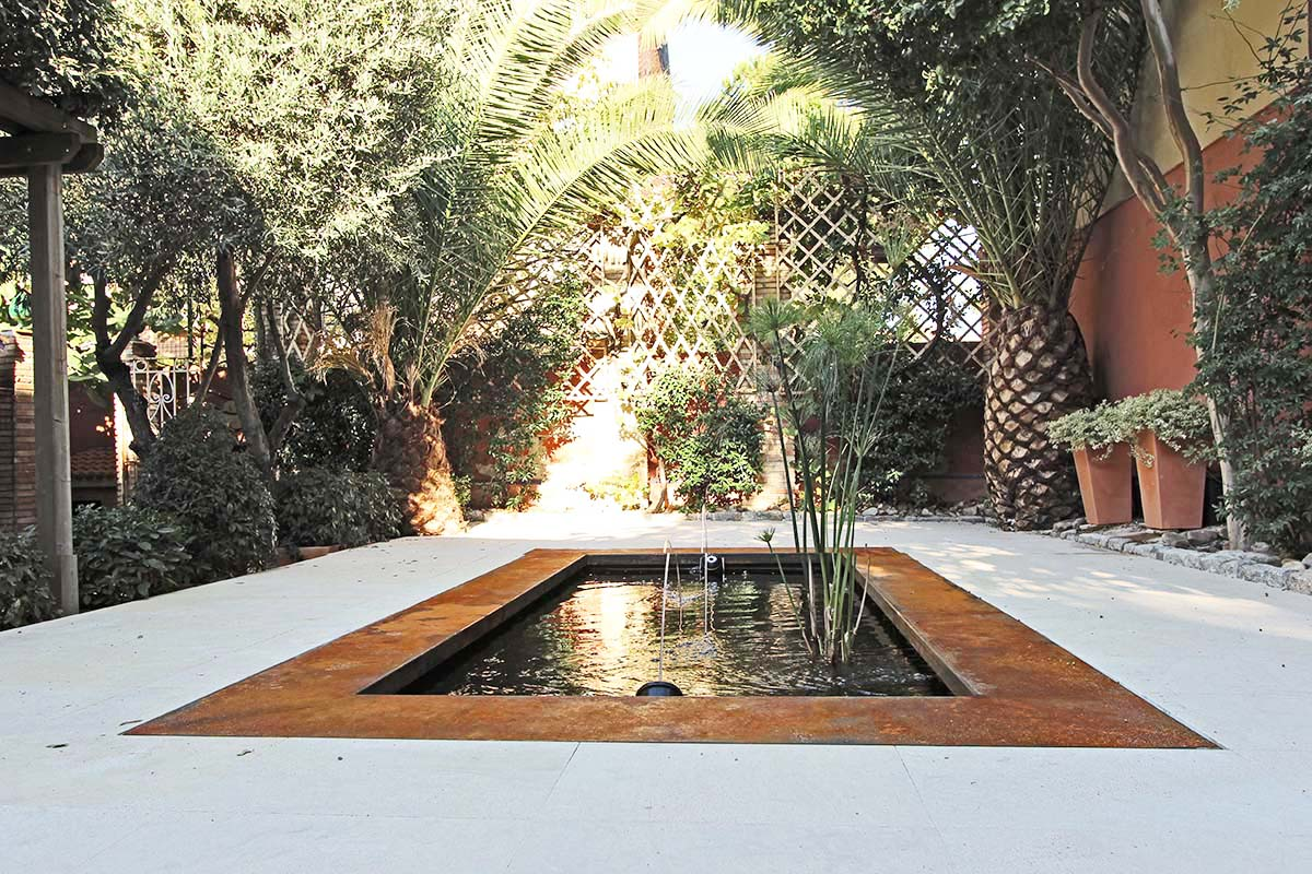 Estanque contemporáneo en un jardín antiguo
