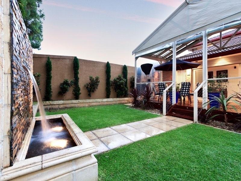 jardines pequeños con césped artificial