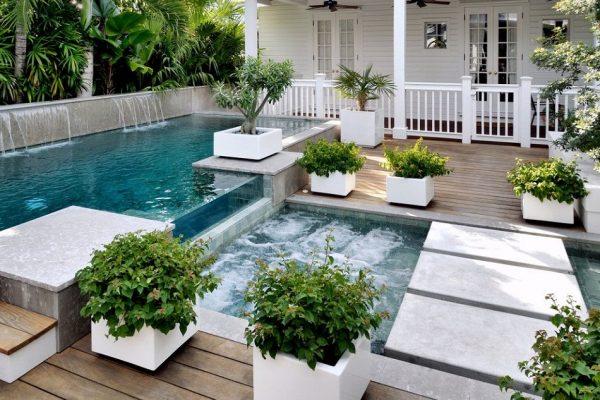 Piscina con jacuzzi para jardines pequeños - Un Jardín para mi