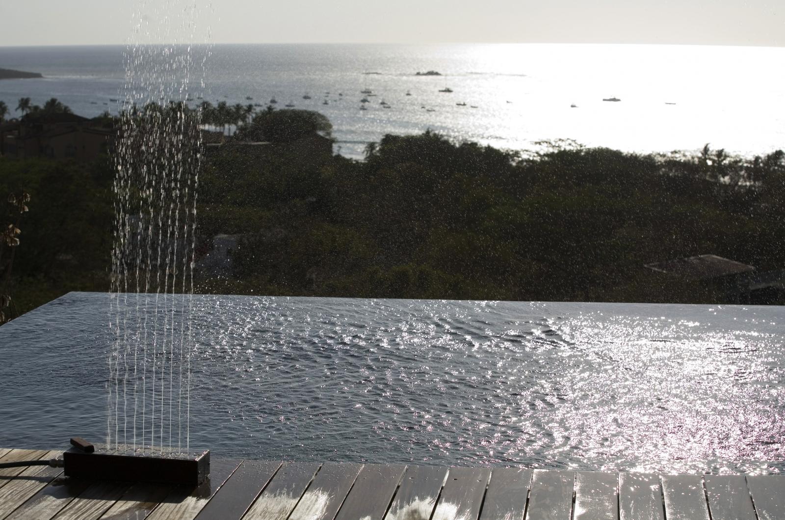 Ducha de jardín sobre piscina